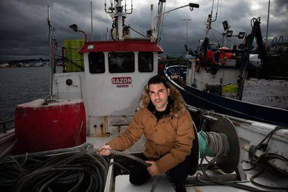 Marcos Alfeirán, marinero del 'Sazón', en el puerto de A Coruña.