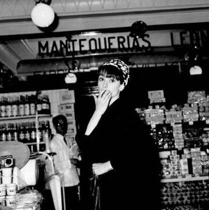 Audrey Hepburn de compras Mantequerías Leonesas, en el barrio de Salamanca, en 1966.