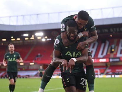 El centrocampista del Tottenham Tanguy Ndombele celebra su gol con Steven Bergwijn este domingo ante el Sheffield.
