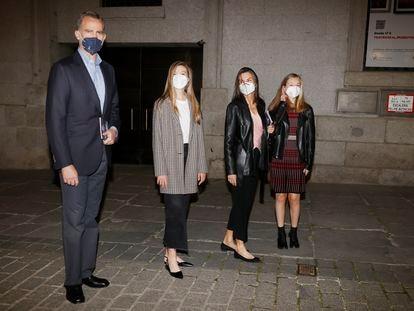 Los Reyes y sus hijas, el domingo, a la salida del Teatro Real.