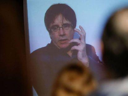 Carles Puigdemont presenta por vídeoconferencia desde Bruselas su programa electoral, ayer 3 de diciembre. En vídeo, declaraciones del abogado del expresidente catalán.