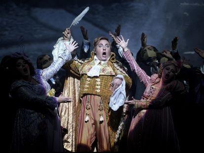 Florian Sempey (Dandini) en su aparición, haciéndose pasar por un príncipe, en el primer acto de 'La Cenerentola' en el Teatro Real.