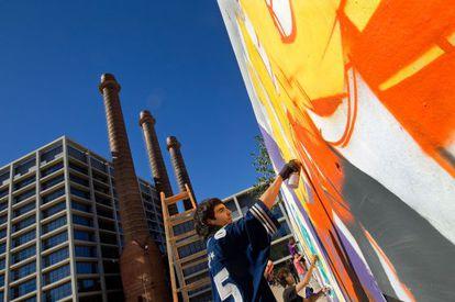 Grafiteros en acción en los muros liberados del parque de las Tres Xemeneies.