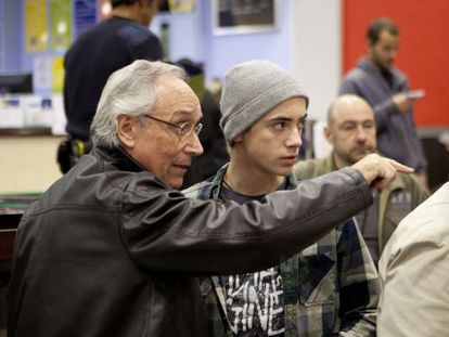 Jordi Cadena, en el rodaje, junto al adolescente Igor Szpakowski.