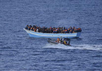 Una embarcación en peligro de hundimiento rescatada por la fragata 'Canarias' el sábado.