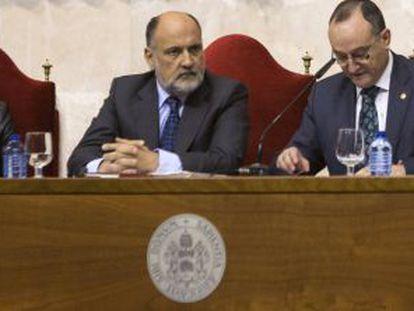 El presidente del Tribunal Constitucional, Francisco Pérez de los Cobos (centro), en la Universidad de Valladolid.