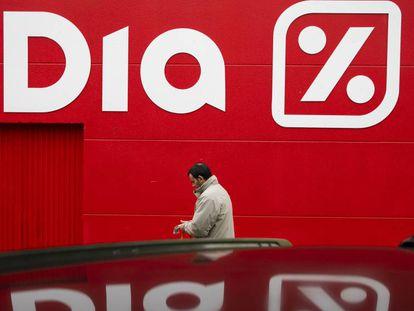 Un cliente entra en un supermercado de la cadena DIA en Boadilla del Monte (Madrid).
