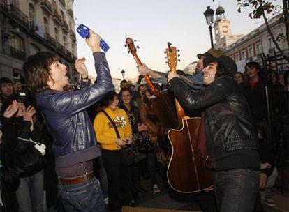 Los integrantes del grupo Sidonie actúan en la Puerta del Sol tras la suspensión de su concierto en la sala La Riviera.