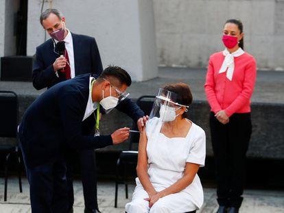 María Irene Ramírez recibe la primera inyección con una dosis de la vacuna en el Hospital General en la Ciudad de México.