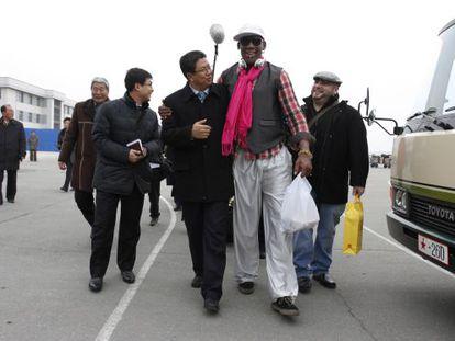Dennis Rodman, junto al viceministro de deporte norcoreano, Son Kwang Ho, el pasado 6 de enero.