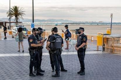Un dispositivo policial en una de las playas de Valencia.