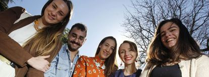 Almudena Gil, Andrés Gargallo, Marina Casal, Elena Rohner y Carmen Mazarrasa, en el Jardín Botánico.