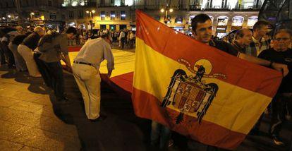 Un hombre con una bandera anticonstitucional en la manifestación de este domingo en Madrid por la unidad de España.