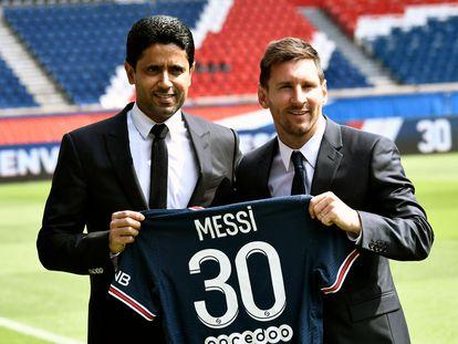 Lionel Messi junto a Nasser Al-Khelaifi en la presentación del jugador argentino con el PSG.