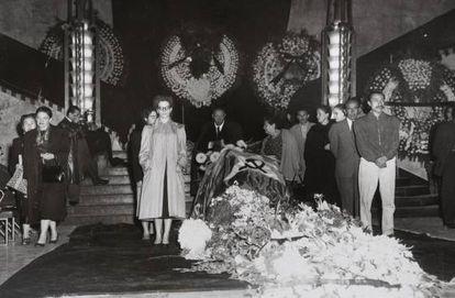 Guardia de honor durante el funeral de Frida Kahlo en el Palacio de Bellas Artes