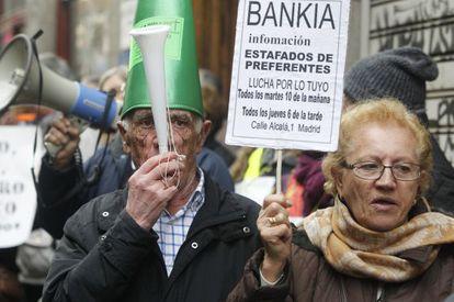 Un grupo de manifestantes protestaba ante la Audiencia Nacional durante una de las comparecencias por el caso Bankia, el pasado febrero