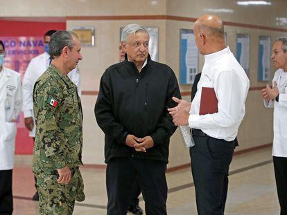 El presidente López Obrador, durante su visita al Hospital Naval de Ciudad de México.