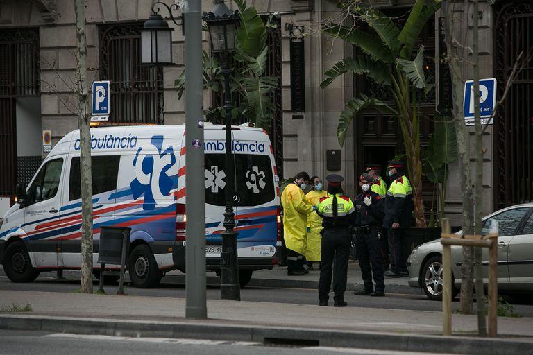 Traslado de enfermos infectados por el Covid19 en estado leve del hospital Vall d Hebron al hotel Cotton House de Barcelona.