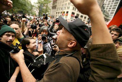 Tom Morello actúa en Wall Street.
