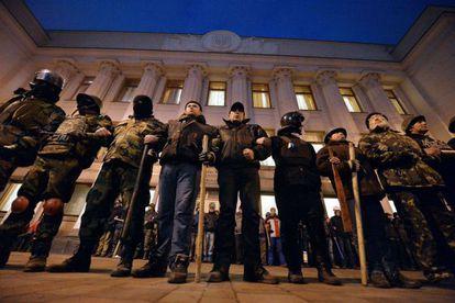 Miembros de las autodefensas del Maidan hacen guardia ante el parlamento ucranio el 24 de febrero