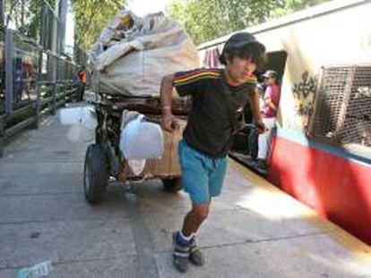 La pobreza en Argentina ha disminuido progresivamente desde el extremo del 57,5 % que registró en octubre de 2002. EFE/Archivo