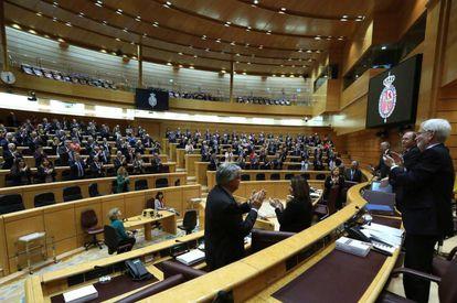Los senadores aplauden al presidente de la cámara, Pio García Escudero, tras su discurso de despedida en el último pleno de la legislatura. / K. HUESCA (EFE)