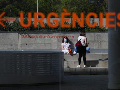 Dos trabajadoras del hospital del Mar en Barcelona durante una pausa.