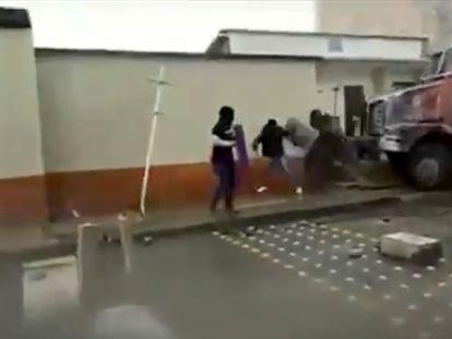 Enfrentamientos entre manifestantes y agentes en la estación de policía de Popayán.