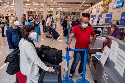 Varios viajeros, en el aeropuerto de Palma de Mallorca, el lunes, en el primer día de la desescalada.