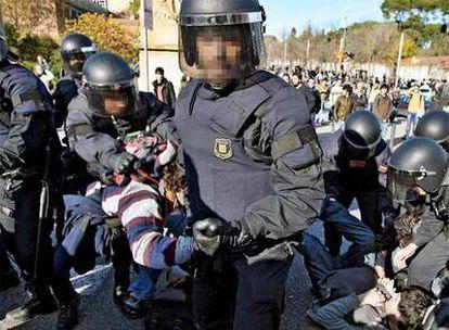 Agentes de los Mossos d'Esquadra desalojan a estudiantes que habían cortado la avenida Diagonal.