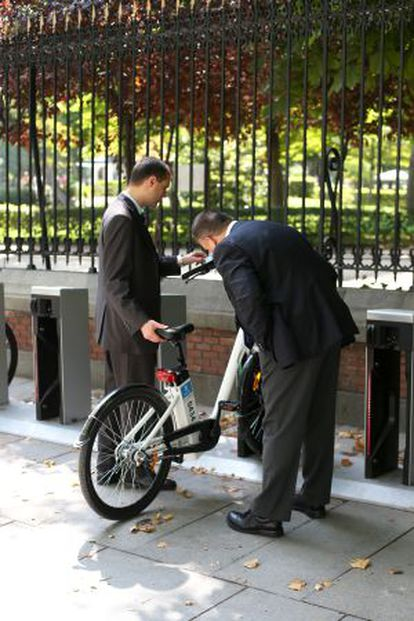 Dos ejecutivos estrenando BiciMad.