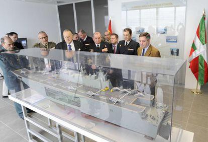 El delegado del Gobierno, Mikel Cabieces; el almirante Emilio Nieto Manso y el alcalde bilbaíno, Iñaki Azkuna (primero, tercero y cuarto por la derecha, respectivamente), observan ayer una de las maquetas expuestas en Getxo
