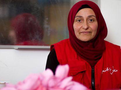 La voluntaria Hoda Awad, de origen sirio, en las oficinas de Cruz Roja de Baalbeck, en Líbano.