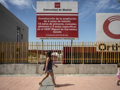 Padres del colegio público Miguel de Cervantes de Getafe denuncian que el centro lleva años sin terminar de construirse.