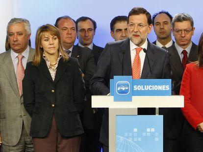 Mariano Rajoy, rodeado por los entonces miembros del comité ejecutivo nacional del PP, el 11 de febrero de 2009.