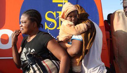 Inmigrantes, rescatados de una patera, en el puerto de Motril (Granada).