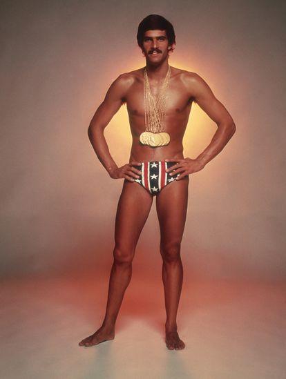 Mark Spitz posa con sus siete medallas ganadas en Montreal y vistiendo un bañador de Speedo.