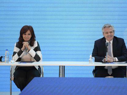 El presidente de Argentina, Alberto Fernández, y la vicepresidenta, Cristina Fernández de Kirchner, durante el anuncio de la reestructuración de la deuda externa, el 31 de agosto en Buenos Aires