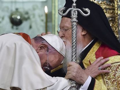 El patriarca Bartolomeo I besa la cabeza del Papa.