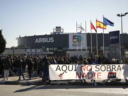 Trabajadores de Airbus protestan frente a la sede de la compañía en Getafe (Madrid).