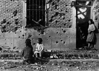 Foto de Robert Capa de unos niños delante del número 10 de la calle Peironcely, en el barrio de Entrevías (Madrid) en noviembre de 1936.