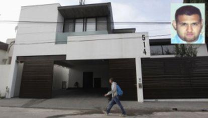 El exterior de la casa donde ha sido detenido Omar Treviño, en el recuadro.