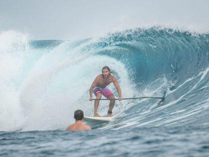 Diego Bello practicando surf en Filipinas, en una foto facilitada por la familia.