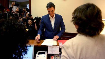 Pedro Sánchez, en octubre, al formalizar su renuncia como diputado.
