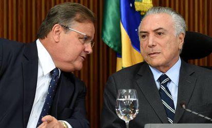 El presidente brasileño Michel Temer (dcha.) y el ministro de las Relaciones con el Congreso Geddel Vieira Lima (izq.), el pasado junio en Brasilia.