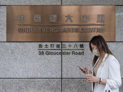 Una persona consulta su móvil en la sede de la compañía Evergrande en Hong Kong, este octubre.