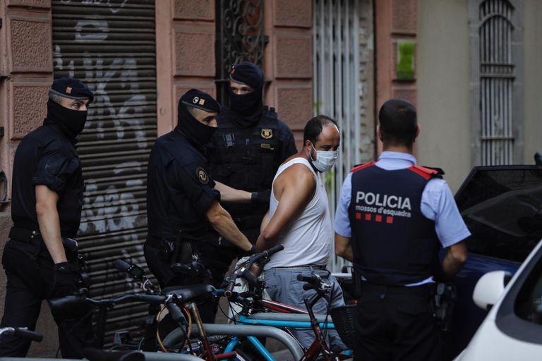 Uno de los detenidos en la operación policial.