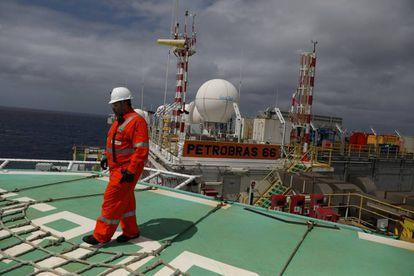 Un trabajador en una planta de Petrobras en Brasil.