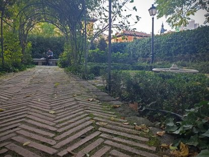 Un camino enladrillado bajo la pérgola en el jardín del Príncipe de Anglona en la plaza de la Paja de Madrid.