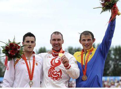 David Cal, medalla de plata, posa con el ruso Opalev y el ucraniano Cheban